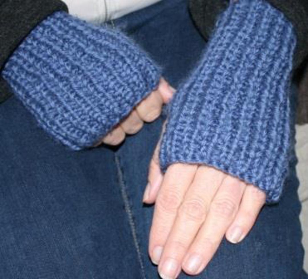 Hand Warmers Knitting Pattern image 0