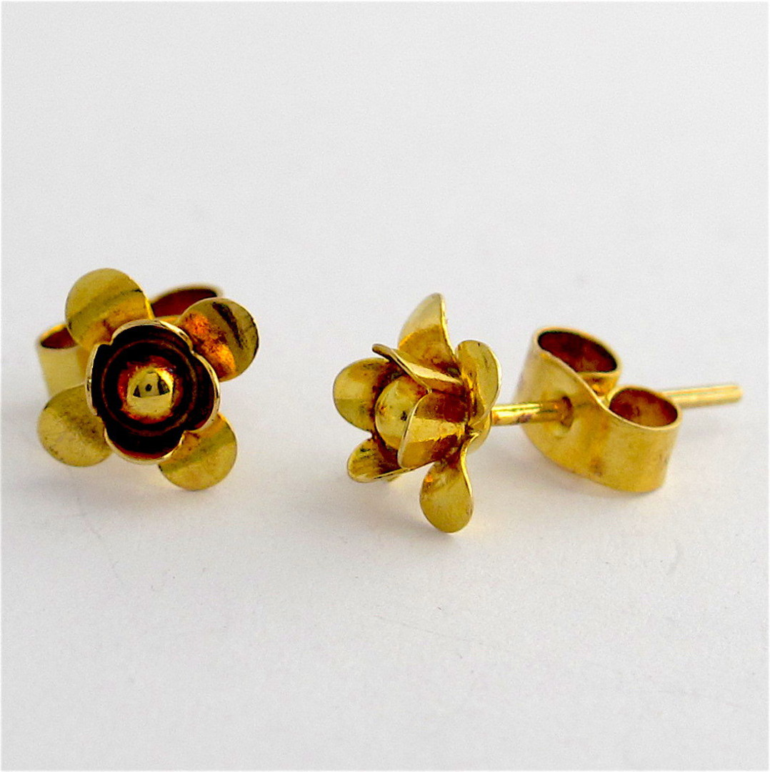 9ct yellow gold flower style stud earrings image 1