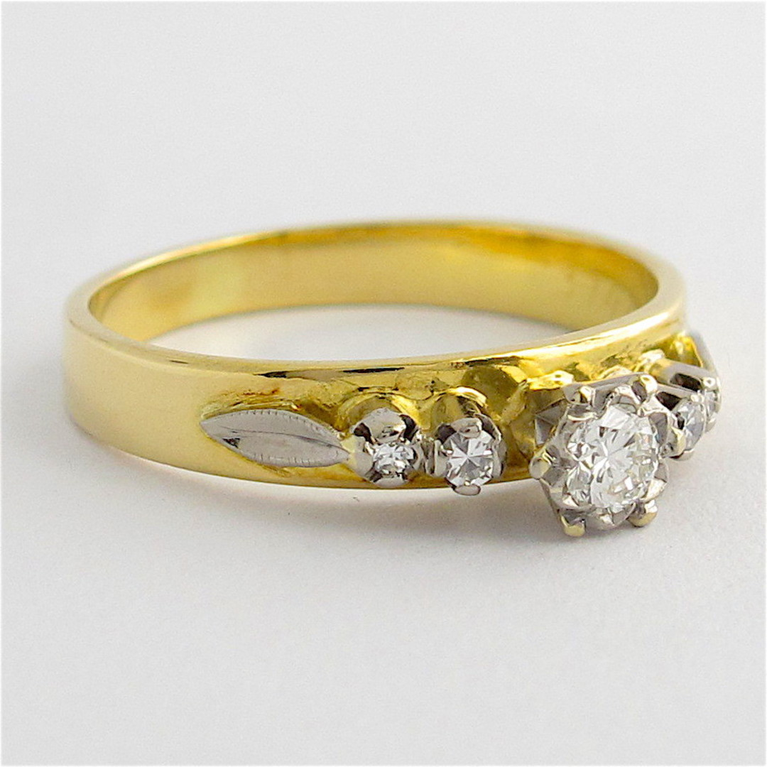 18ct yellow & white gold vintage diamond solitaire ring with shoulder diamonds image 1