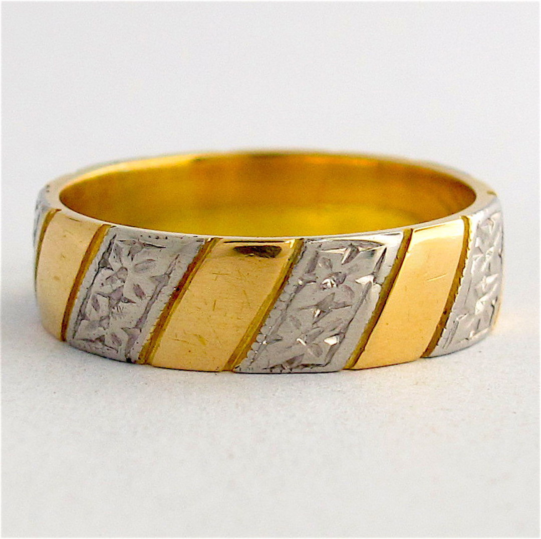 18ct yellow gold & palladium engraved band image 0