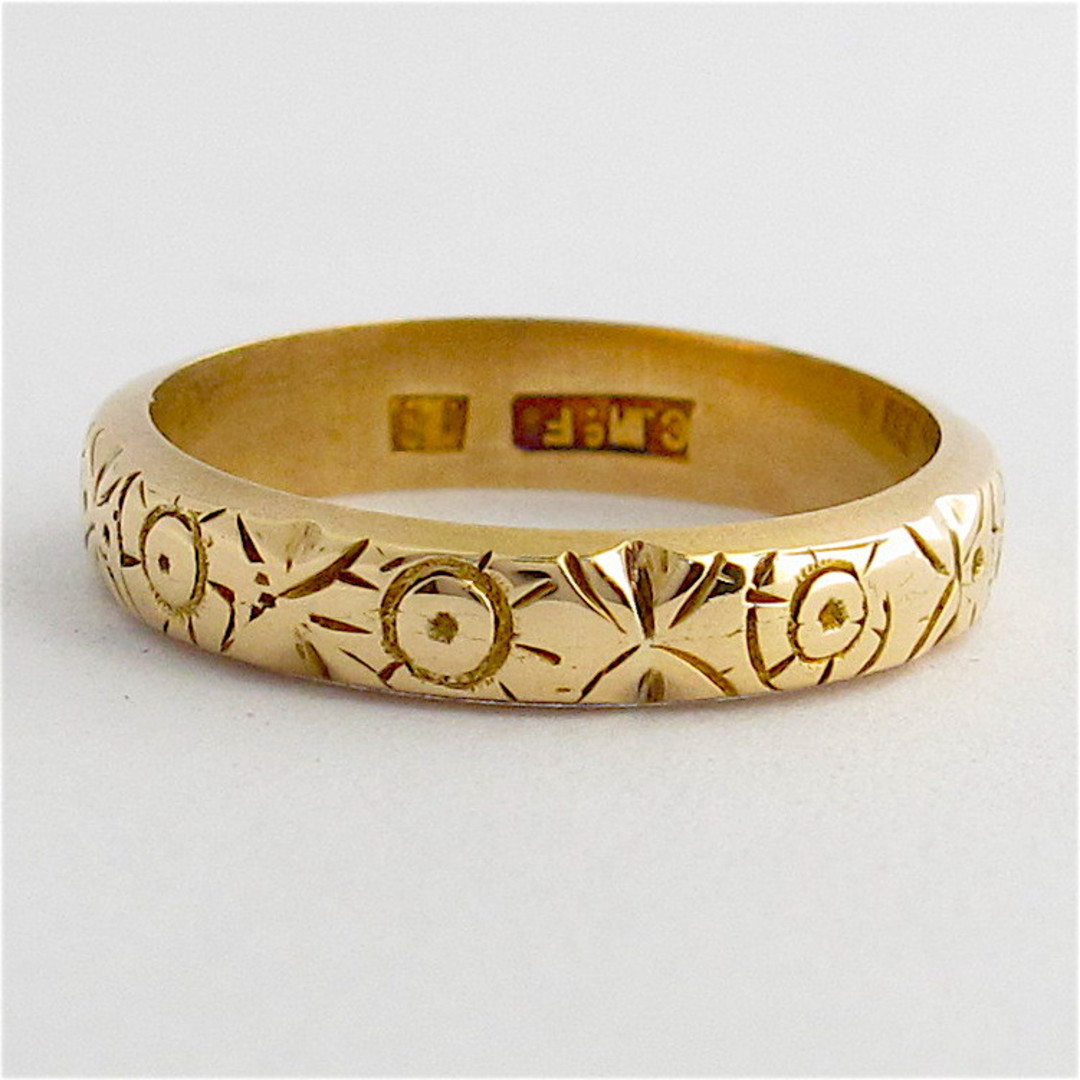 18ct yellow gold patterned band image 0