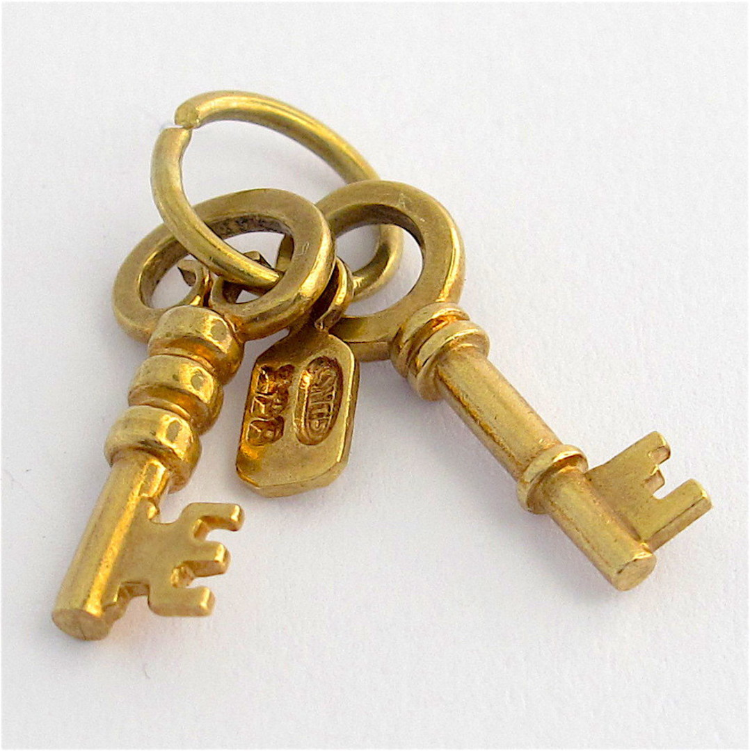 9ct yellow gold keys and tag charm image 0
