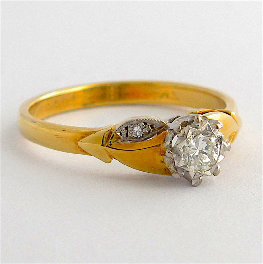 Vintage 18ct/plat diamond solitaire with shoulder diamonds image 1