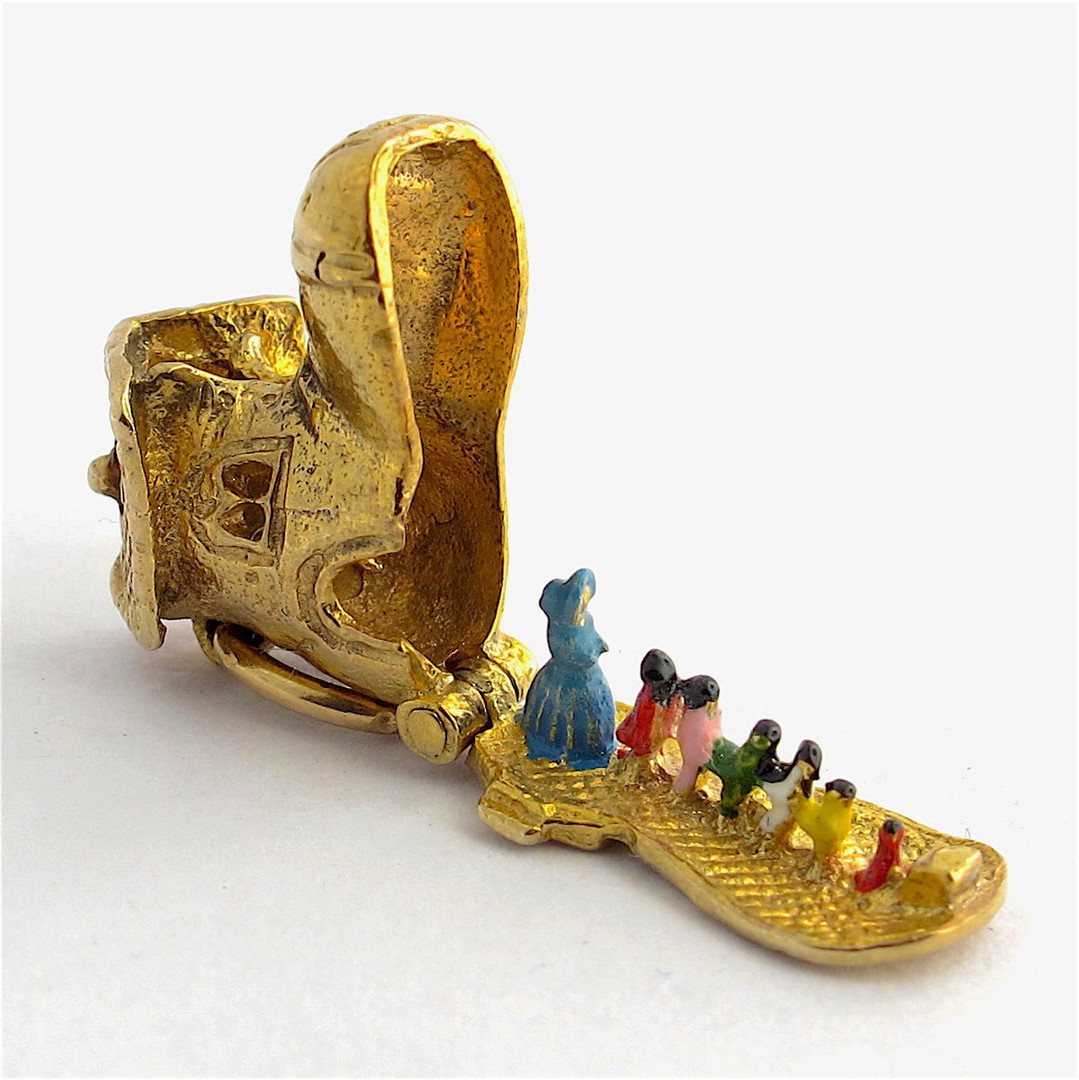 9ct yellow gold 'old woman who lived in a shoe' charm image 3