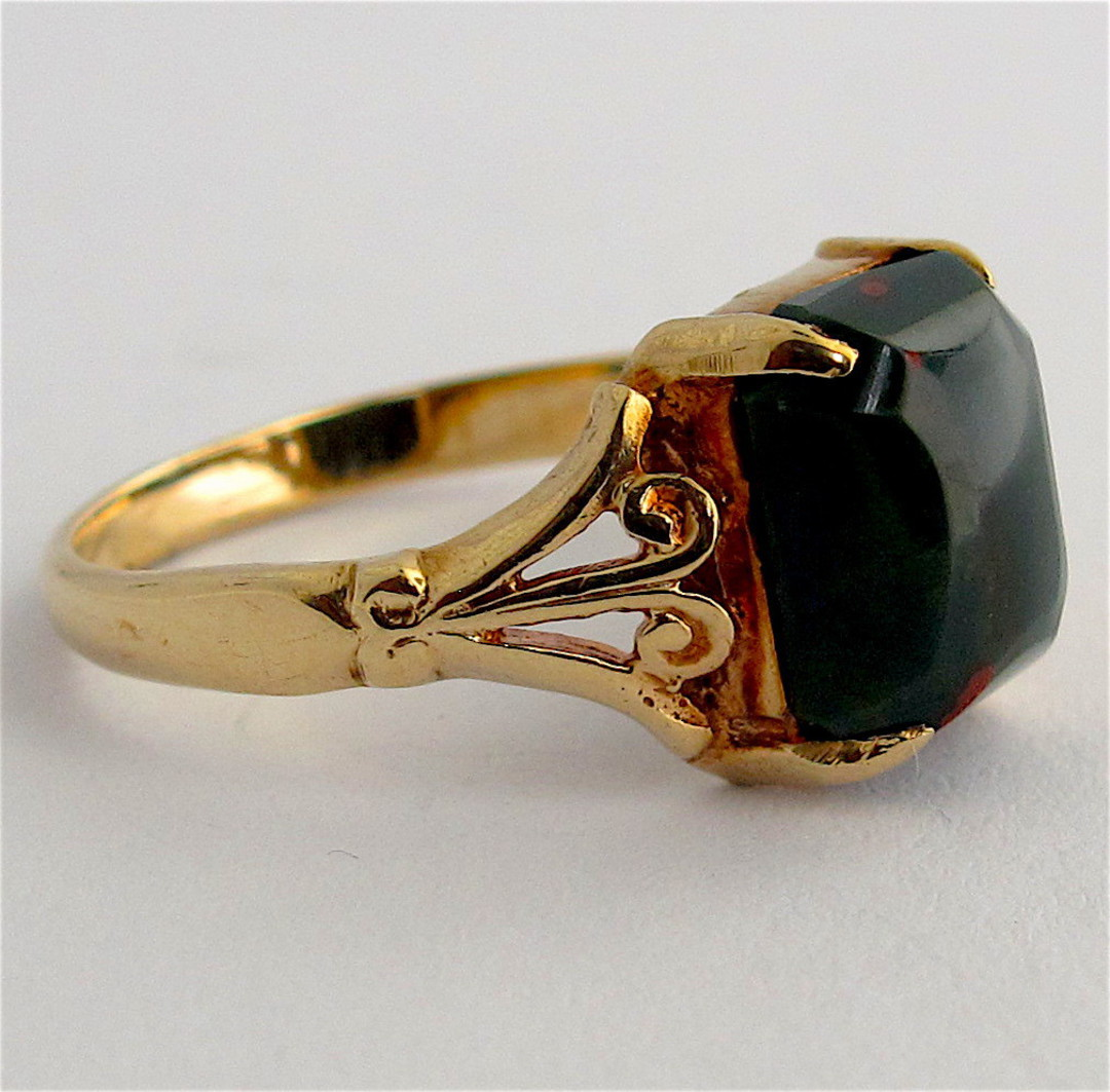 9ct yellow gold vintage bloodstone ring image 1