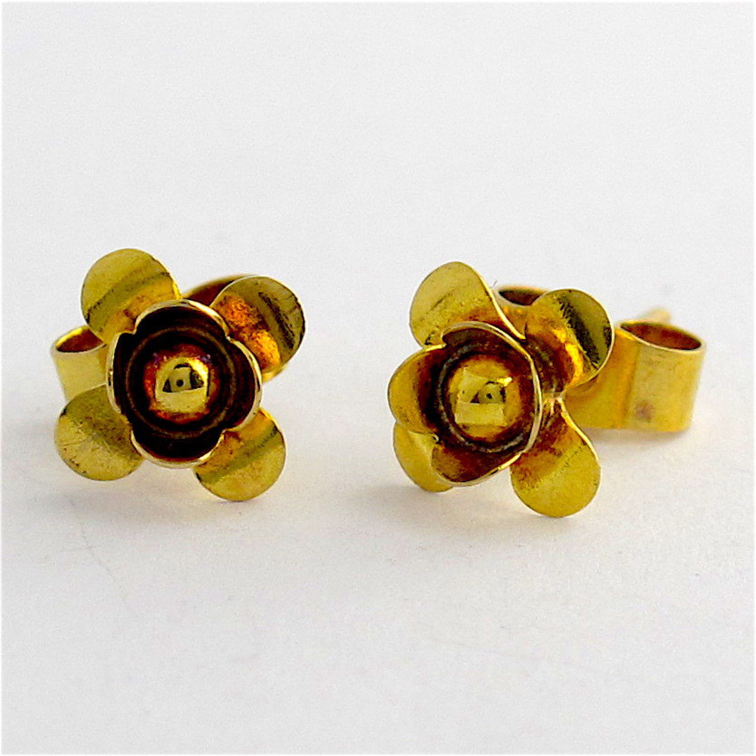 9ct yellow gold flower style stud earrings image 0