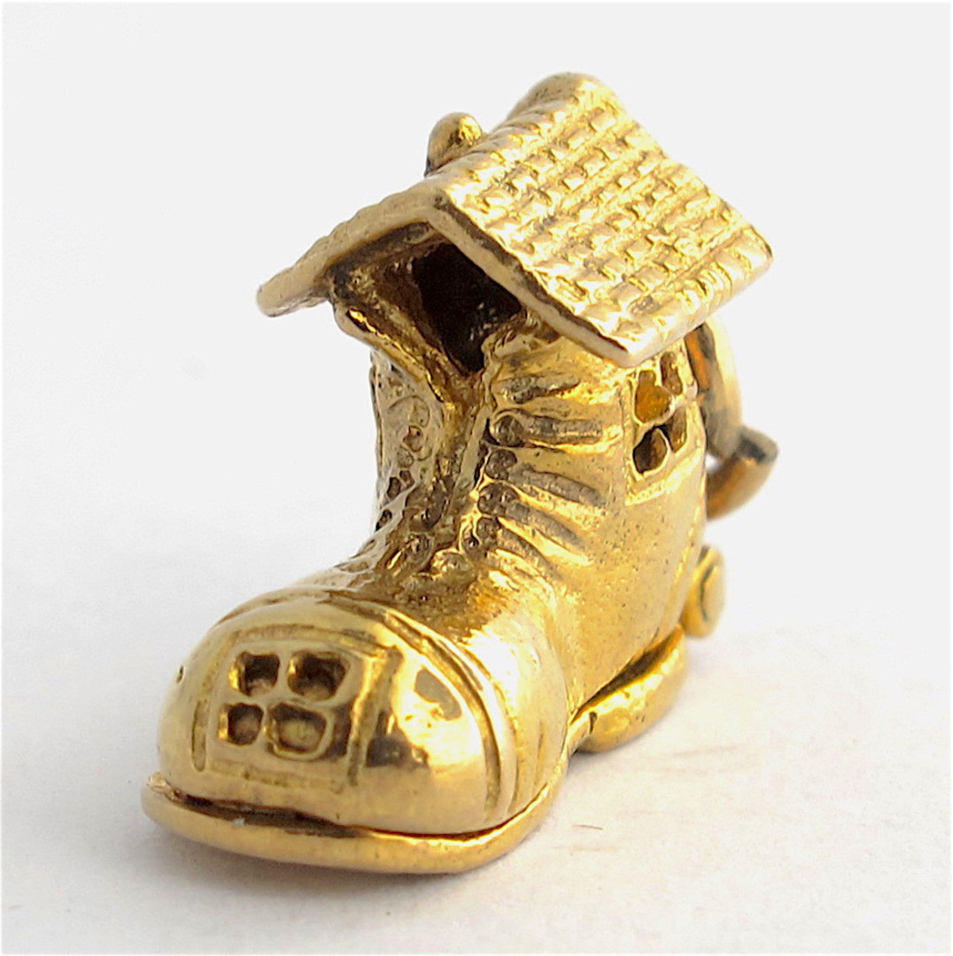 9ct yellow gold 'old woman who lived in a shoe' charm image 1