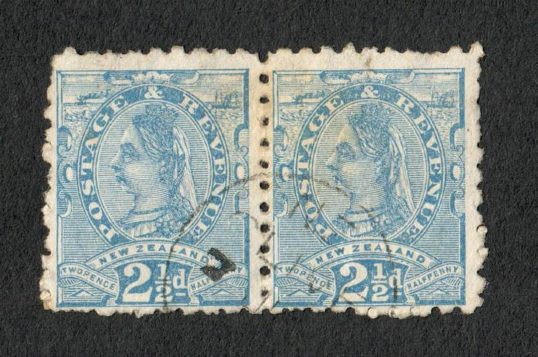 NEW ZEALAND 1882 Victoria 1st Second Sideface 2½d Blue. Pair with adverts in purple-red. - 75066 - VFU image 0