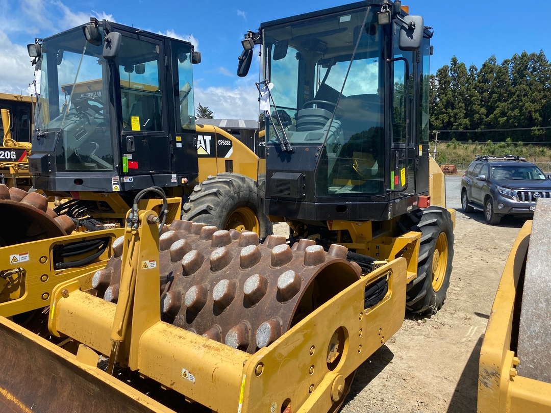 Cat CP44 vibratory Padfoot roller image 0