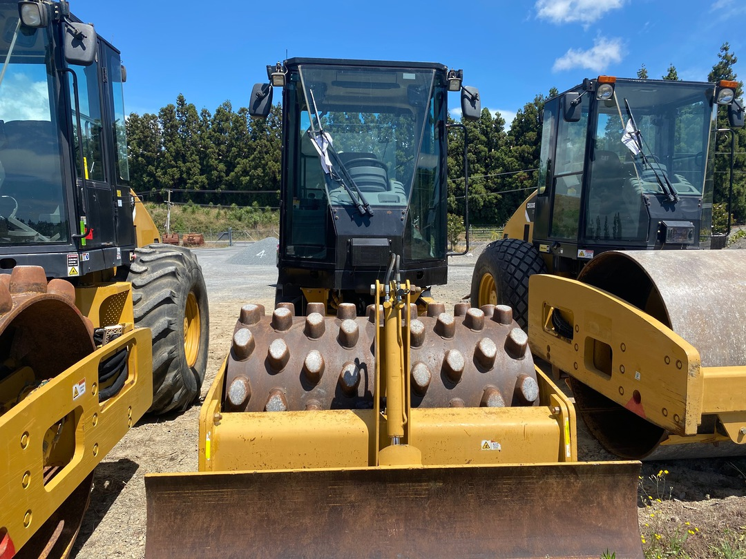 Cat CP44 vibratory Padfoot roller image 1