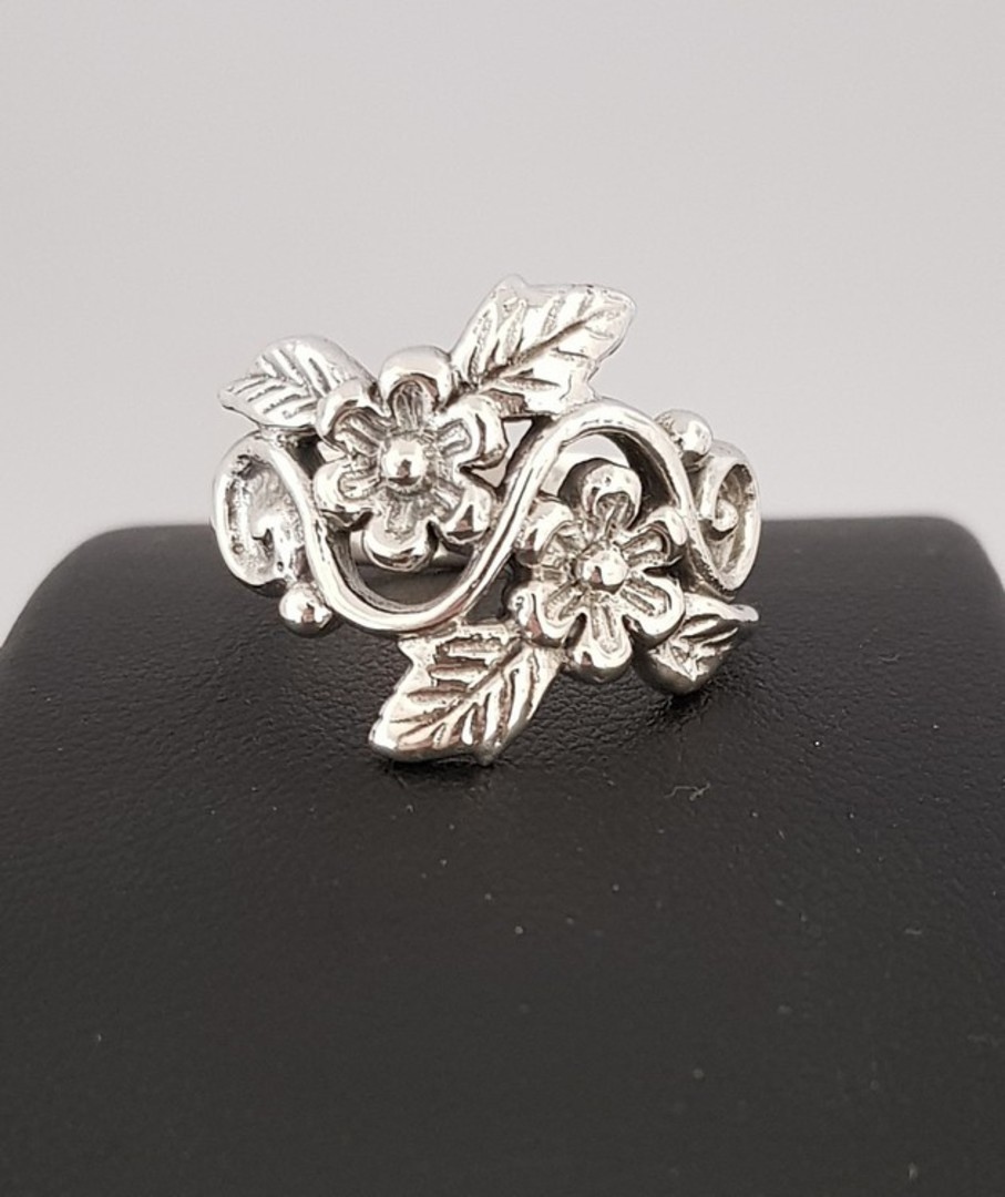 Sterling silver ring with flowers and leaves in band image 1