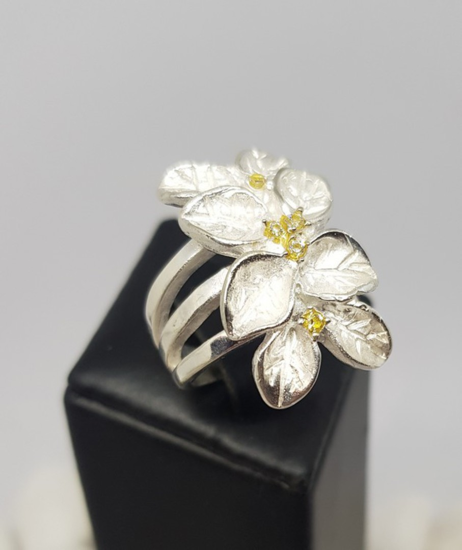 Sterling silver flower ring with tiny gemstones image 3