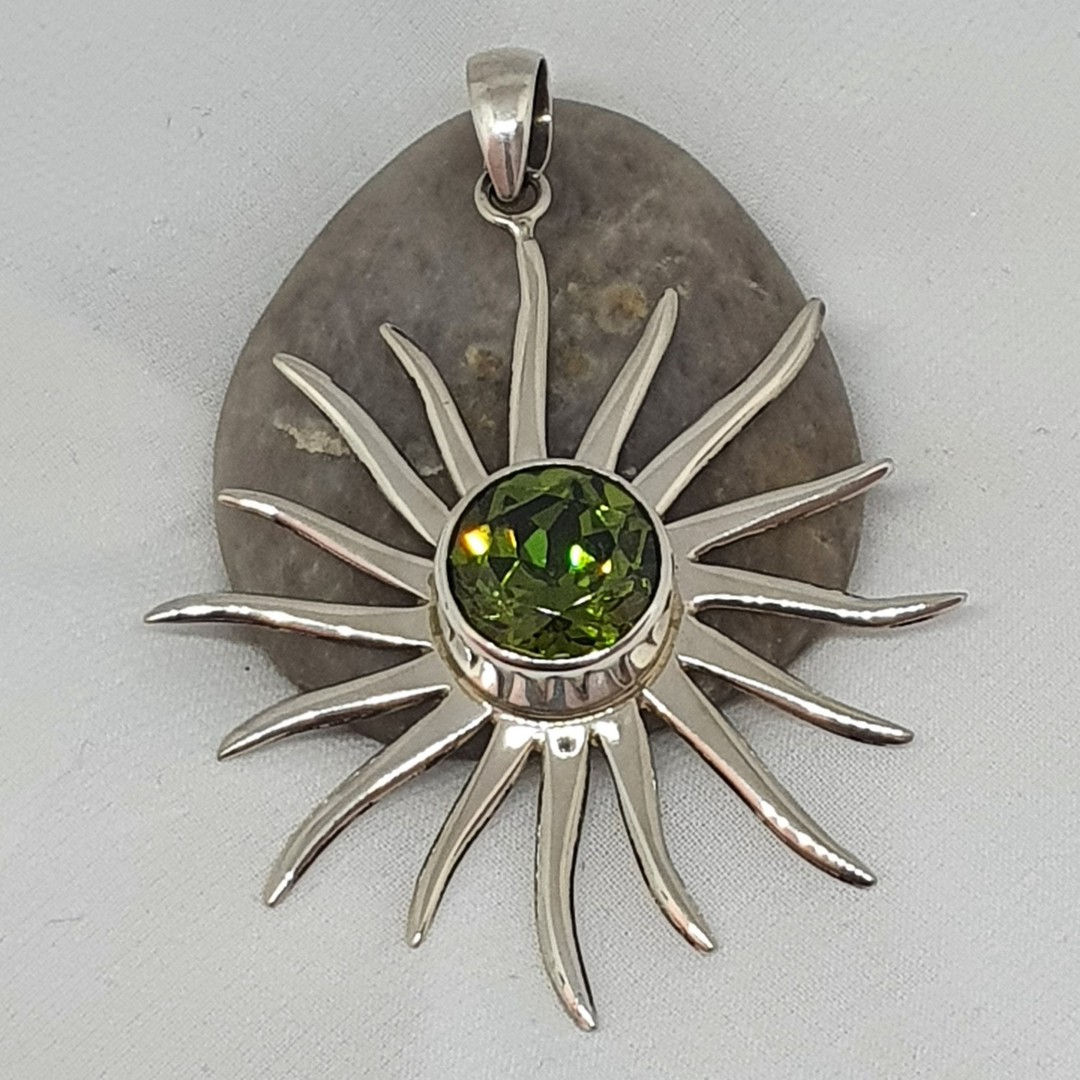 Silver star pendant with sparkling green gemstone image 2