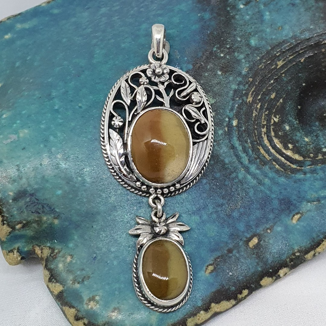 Silver pendant with rich caramel agate gemstones image 2