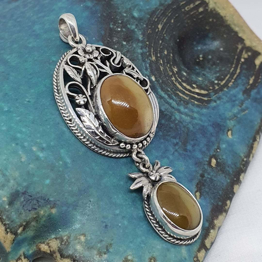 Silver pendant with rich caramel agate gemstones image 0