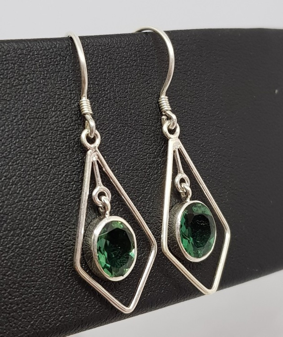 Open kite shape silver earrings with green quartz image 0