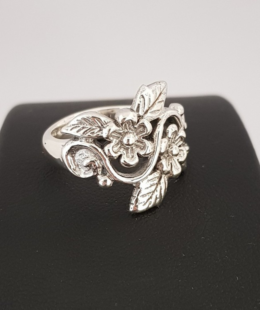 Sterling silver ring with flowers and leaves in band image 2