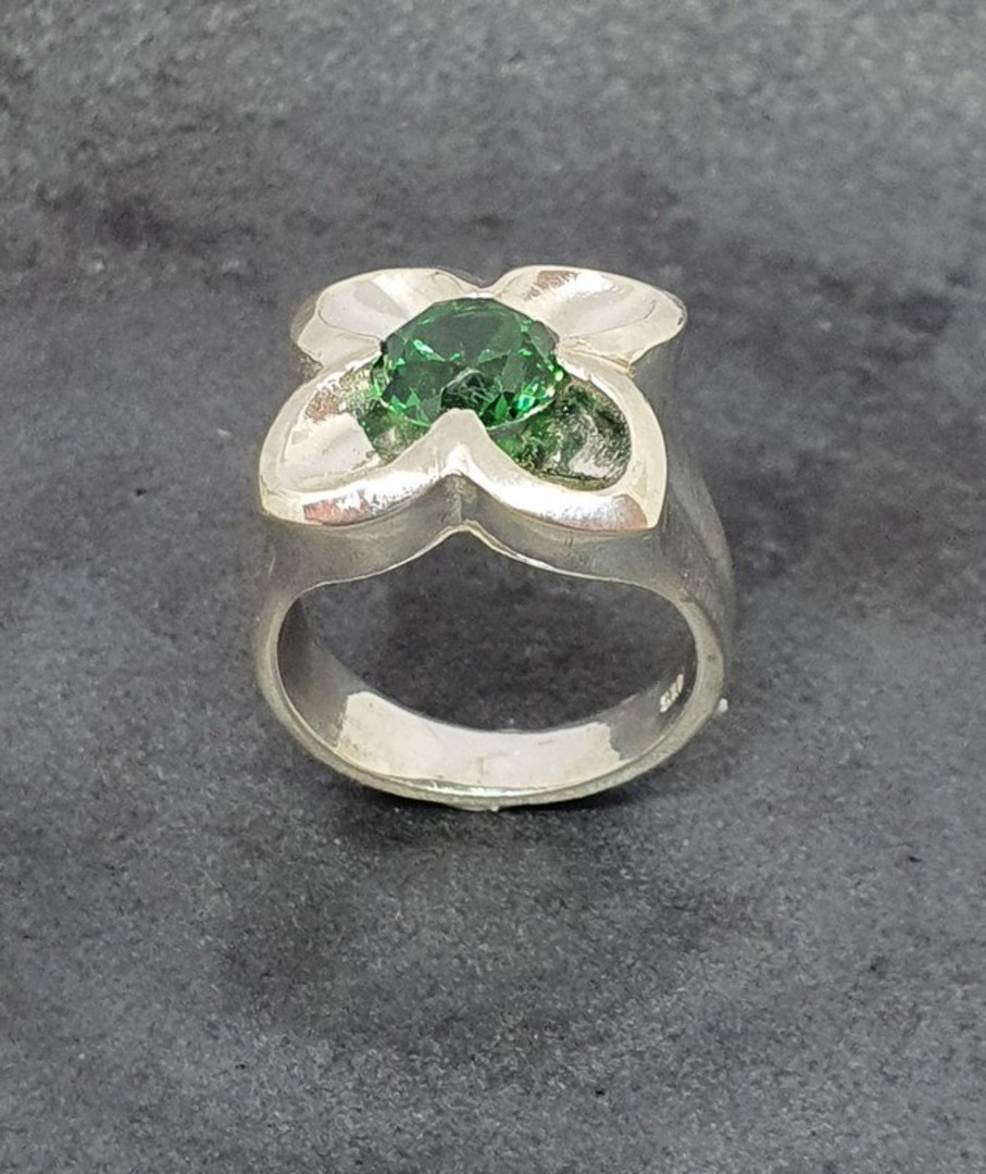 Sterling silver flower ring with green quartz image 3
