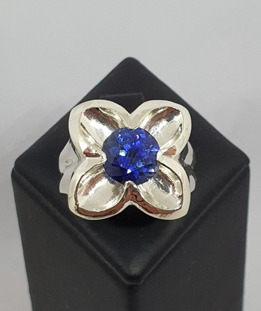 Silver flower ring with sparkling deep blue stone image 3