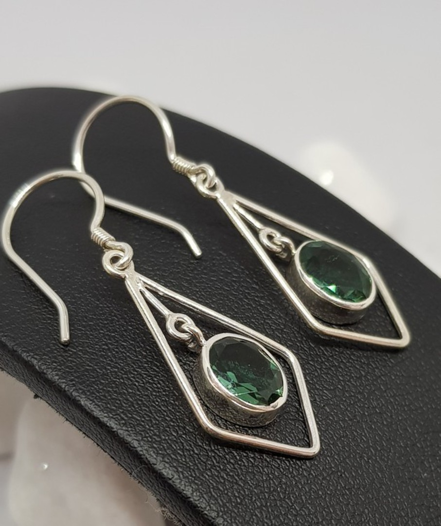 Open kite shape silver earrings with green quartz image 1