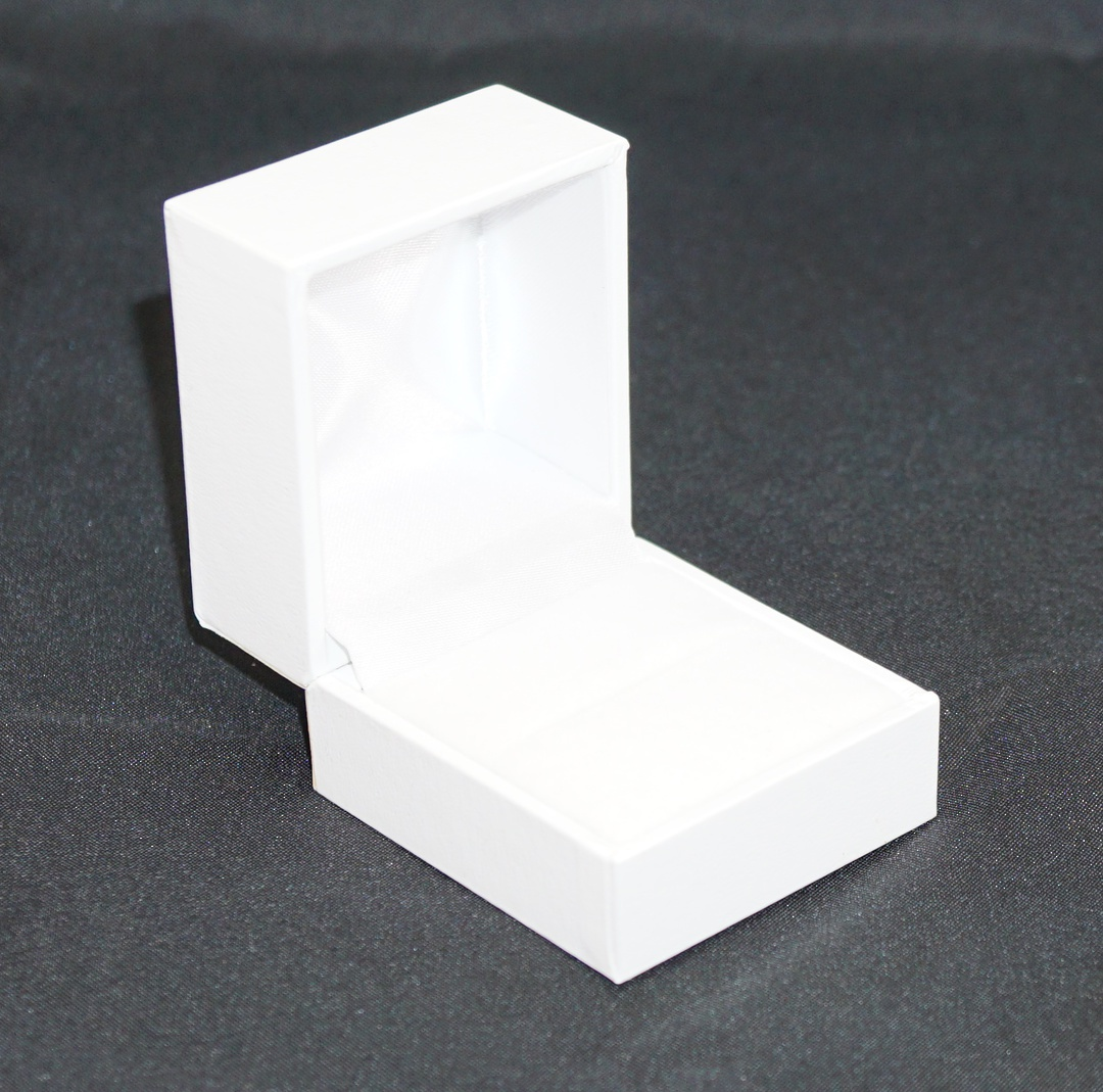 SDR - RING BOX LEATHERETTE WHITE NO LINE WHITE VELVET PAD image 0