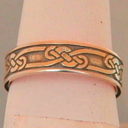 R302 Celtic knot band in Rose Gold