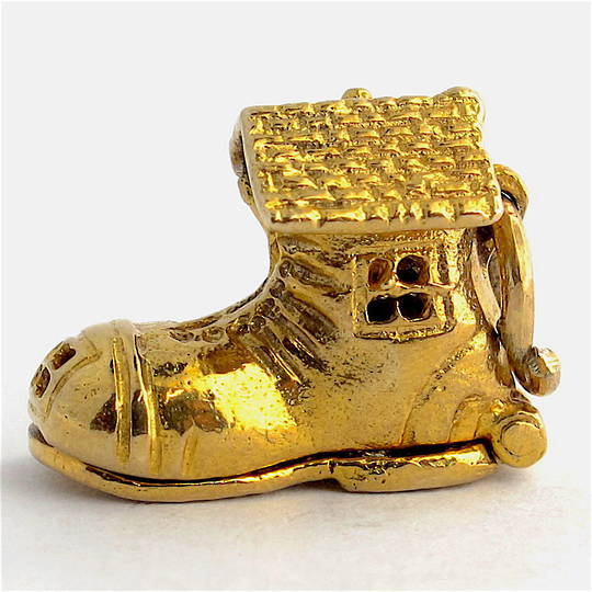 9ct yellow gold 'old woman who lived in a shoe' charm