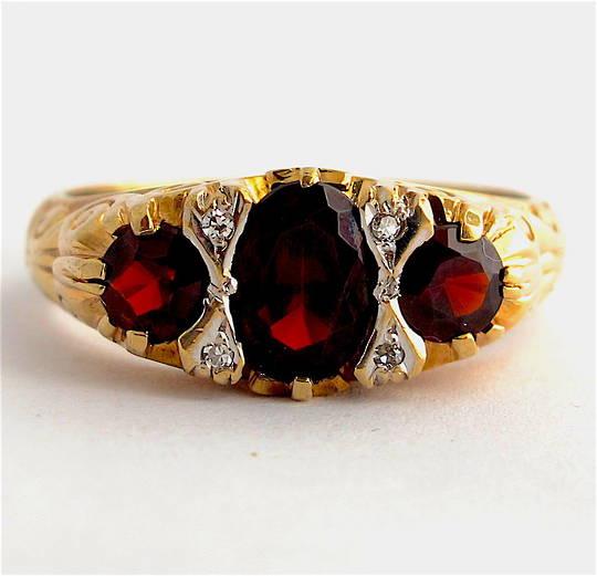9ct yellow gold 'London Bridge' style 3 stone garnet and diamond set ring