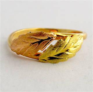 18ct bi-tone leaf design dress ring