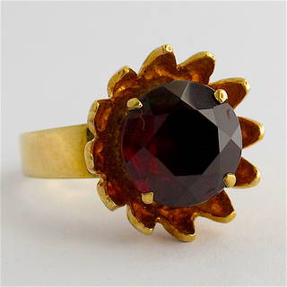 9ct yellow gold and garnet flower style ring