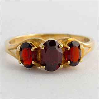 9ct yellow gold 3 stone garnet stone ring