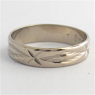 18ct white gold patterned band
