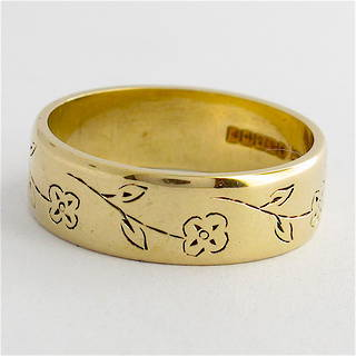 9ct yellow gold band with engraving