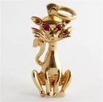 14ct yellow gold cat charm with synthetic ruby eyes