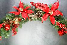 150CML TRADITIONAL RED/GOLD BALL/POINSETTIA AND CONE GARLAND