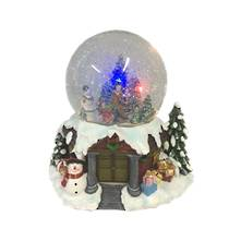 LED 15CMH GLOBE WITH CAROLLERS WITH HAPPY VILLAGERS AT THE DOOR