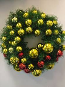 60CMD WREATH WITH 35 RED & GOLD BAUBLES