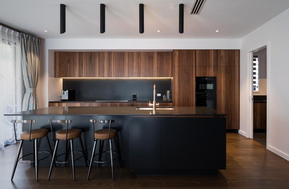 stunning walnut and black kitchen   Neo Design