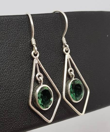 Open kite shape silver earrings with green quartz