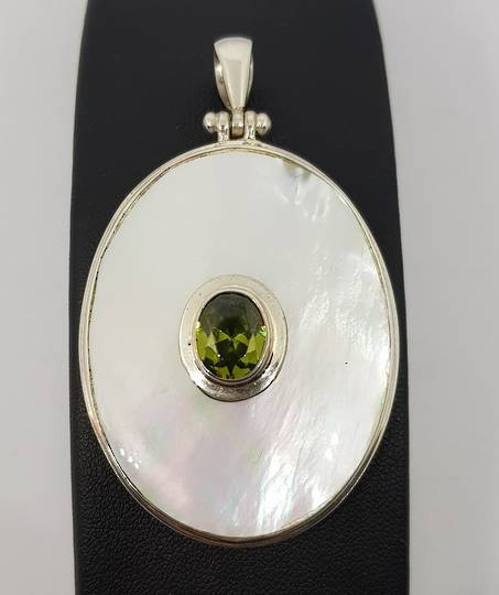 Mother of pearl silver pendant with peridot