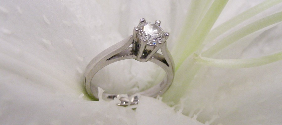 18ct white gold engagement ring rhodium plating