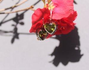 peridot heart silver earrings 1