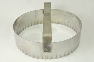 "Fluted round dough cutter 127mm or 5"" S/Steel with handle"