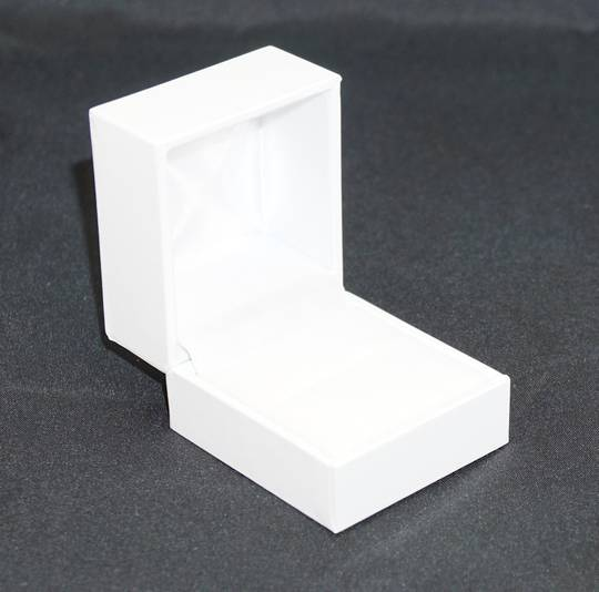 SDR - RING BOX LEATHERETTE WHITE NO LINE WHITE VELVET PAD
