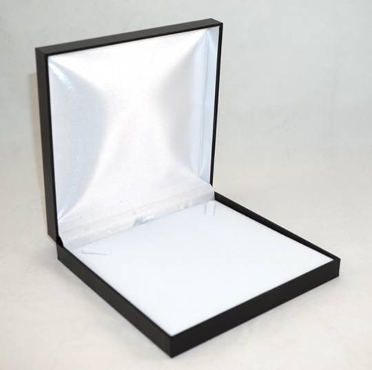SDN3 - NECKLACE BOX LEATHERETTE BLACK NO LINE WHITE VELVET PAD