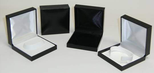 SC6 - BRACELET BOX LEATHERETTE BLACK NO LINE WHITE ISLAND